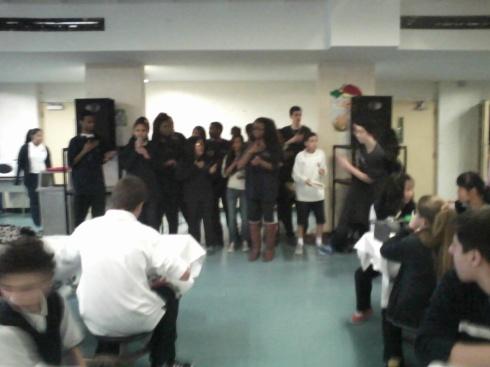 Les médiateurs du civisme en pleine performance de slam dans la cafétéria